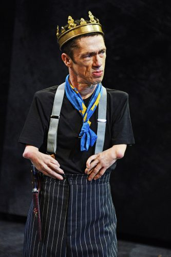 Photo of Mat Fraser as Richard III wearing the king's crown