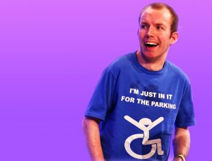 Lee Ridley in a blue t-shirt