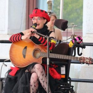 Dennis Queen performing